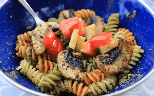 Nudeln mit Pesto und gebratenen Champignons
