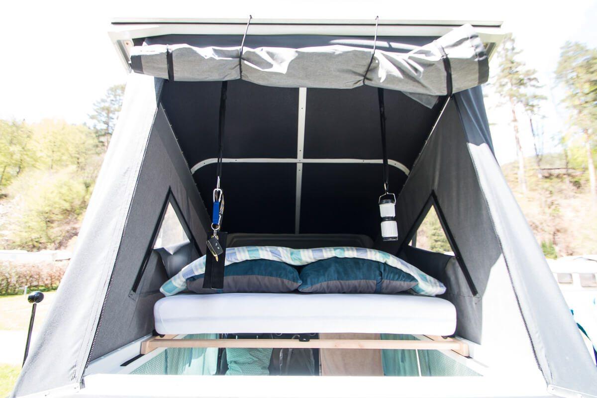 Schlafen im Defender: Aufstelldach mit Matratze und Lattenrost