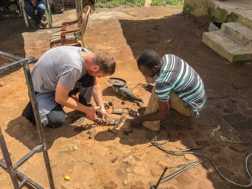 Brasilianisch-Malawische Ingenieure bei der Arbeit