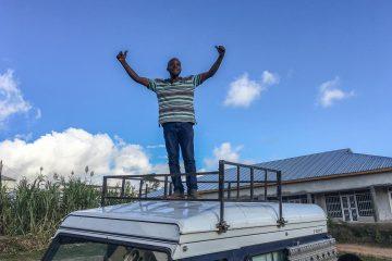 Triumpf, der selbstgebaute Dachgepäckträger auf dem Land Rover