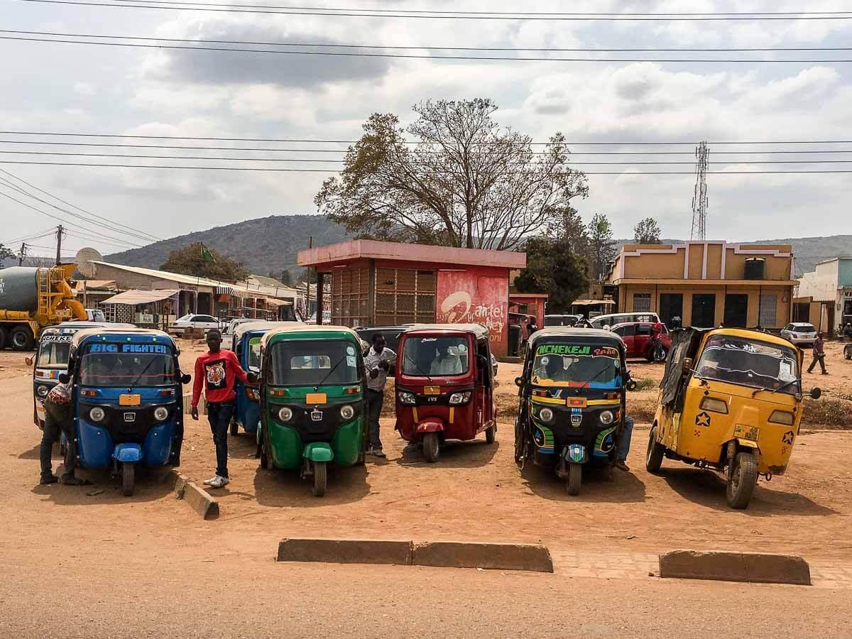 Bunte Bajajis in Tansania