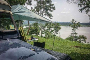 Tarp als Regenschutz am Land Rover