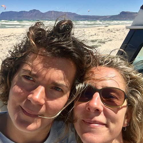 Stefanie, Birgit und die Blaue Elise am Strand von Muizenberg, Südafrika