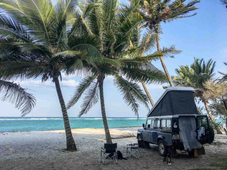 Unser Land Rover - die blaue Elise - am Strand von Tiwi Beach in Kenia